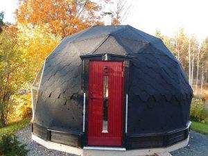 Kupolformad bastu med fin röd dörr