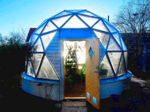 Biodome runt växthus i skymningsljus